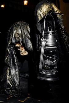 Очень жуткий скелет с лампой в руке