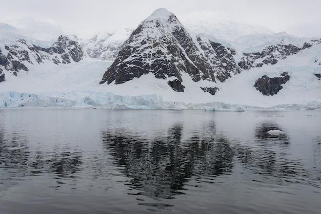 Антарктический пейзаж с отражением