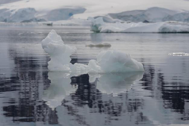 Лед в антарктическом море