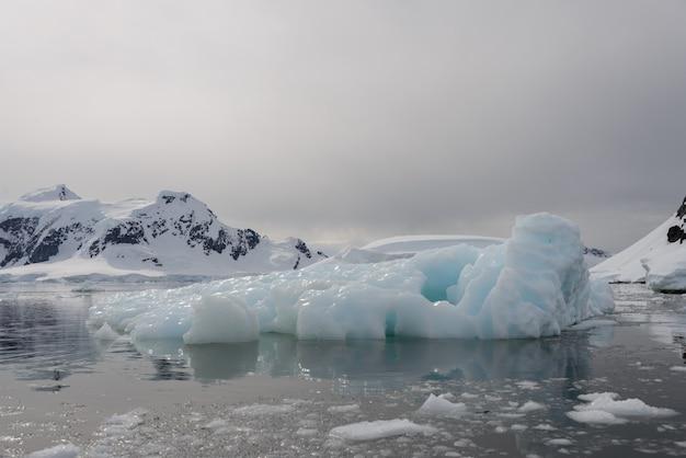 Антарктический пейзаж с айсбергом