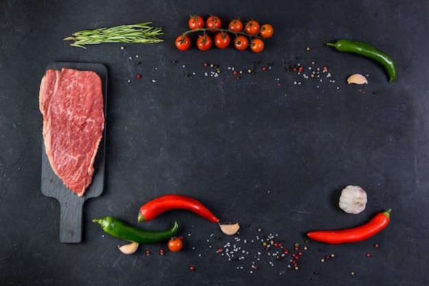 生の新鮮な霜降り肉と調味料のトップビュー