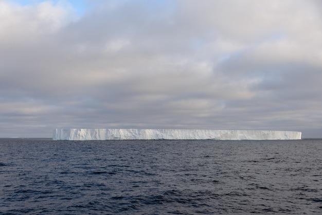 南極海の板状氷山