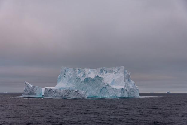 南極海の氷山