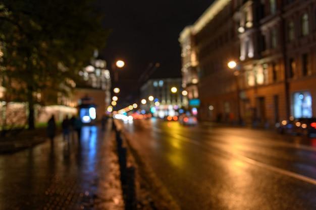 Вид движения на городской улице, ночной пейзаж, размыли боке фонов