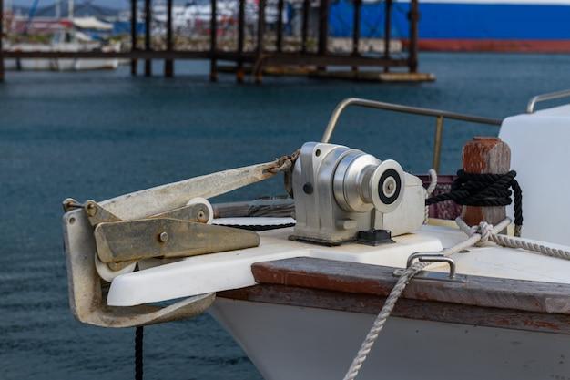 係留用具と小型漁船のアンカー