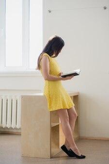 クラスや図書館で本を読んで若い女性