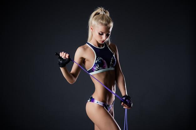 Красивая фитнес женщина со скакалкой