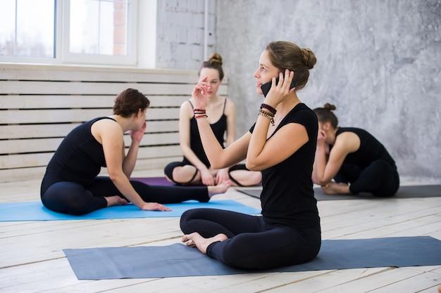 Милые счастливые танцоры или уроки йоги, отдыхающие от тренировок и общения с мобильным телефоном