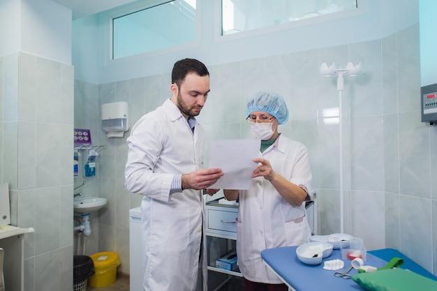 Здравоохранение. врач и пациент обсуждают результаты анализа крови