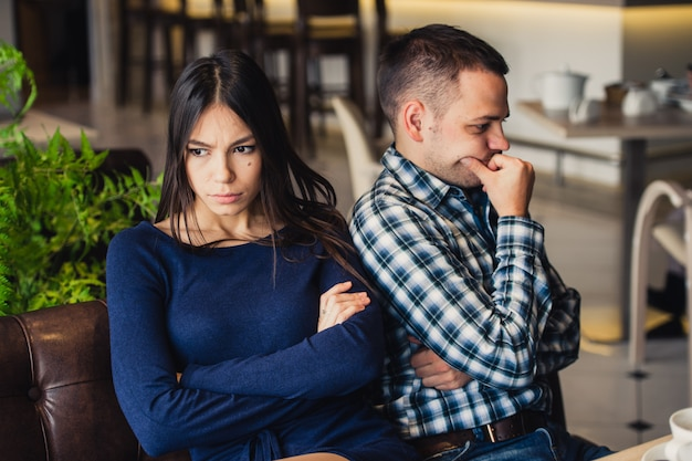 昼食時にカフェでカップル。彼らは罪を犯して座っている