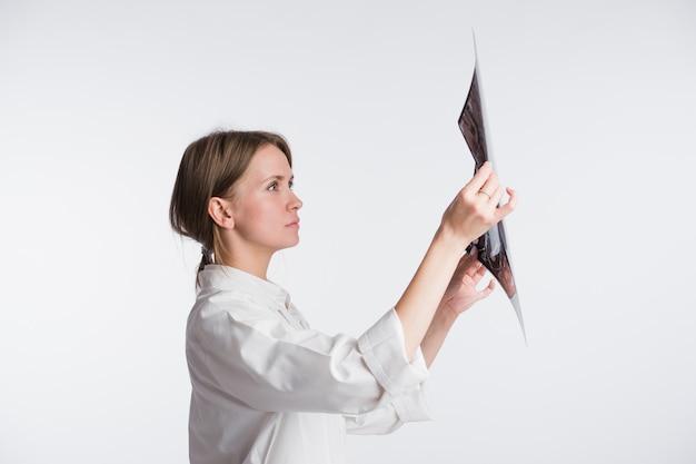 Женщина-врач изучает рентгеновский снимок