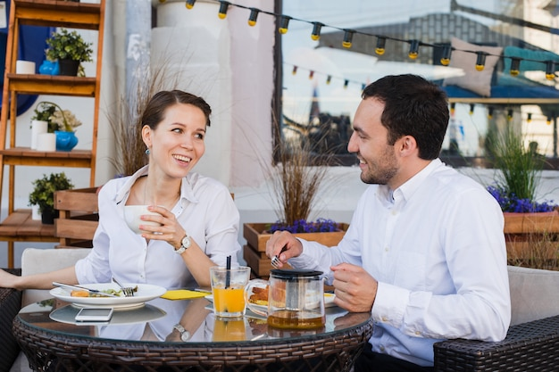 コーヒーショップで外でランチに幸せなビジネス人々