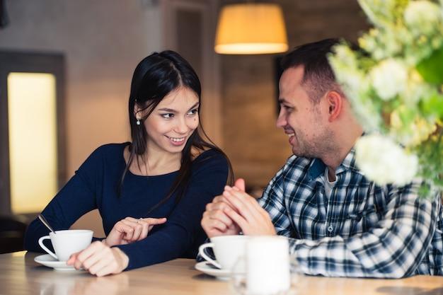 Молодая пара разговаривает в кафе
