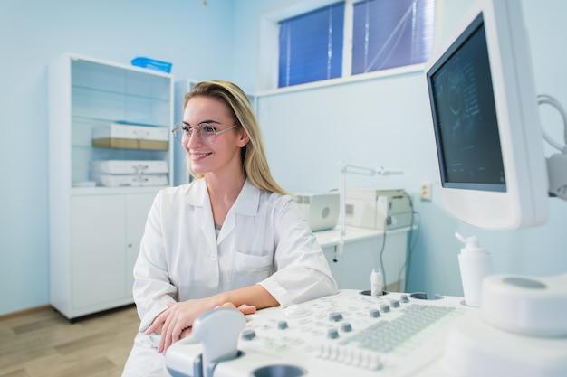 Молодая женщина-стоматолог в офисе