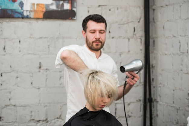 サロンで彼女の新しい髪型を得る女性