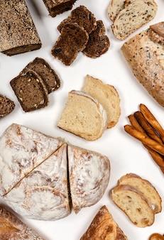 さまざまな種類のパンの上面図。