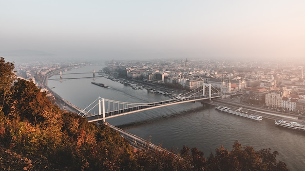 ブダペスト、ハンガリーの秋の朝に有名な橋とドナウ川の素晴らしい景色