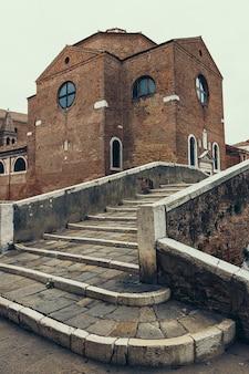 Старый пешеходный мост и старые здания кьоджа, венето, италия