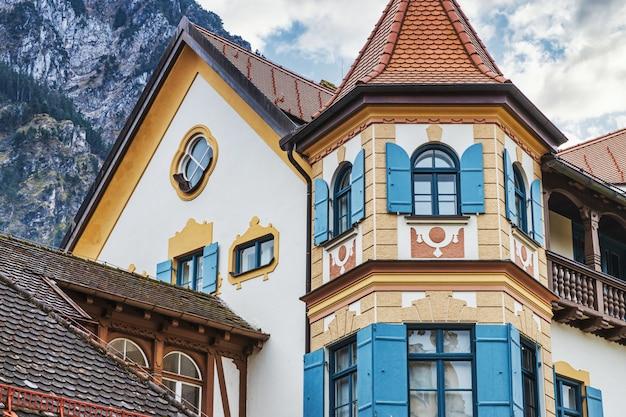 Традиционный баварский белый дом в горах, германия