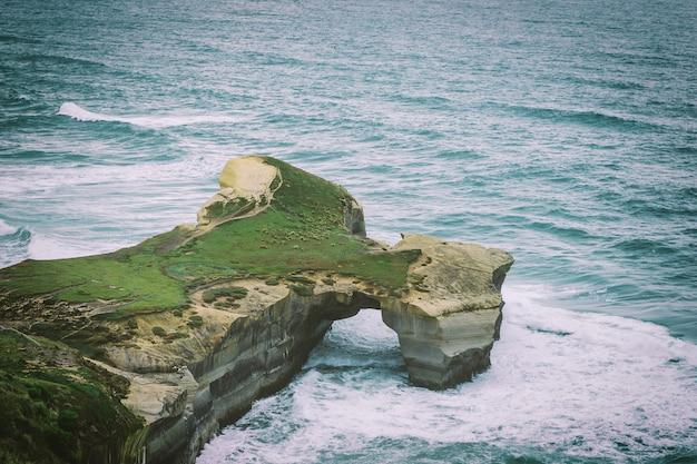 ニュージーランドのダニーデン近くのトンネルビーチと砂の崖