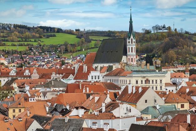 Чески крумлов на крыше и высокая церковь святого вита, известный туристический старый город в чешской республике