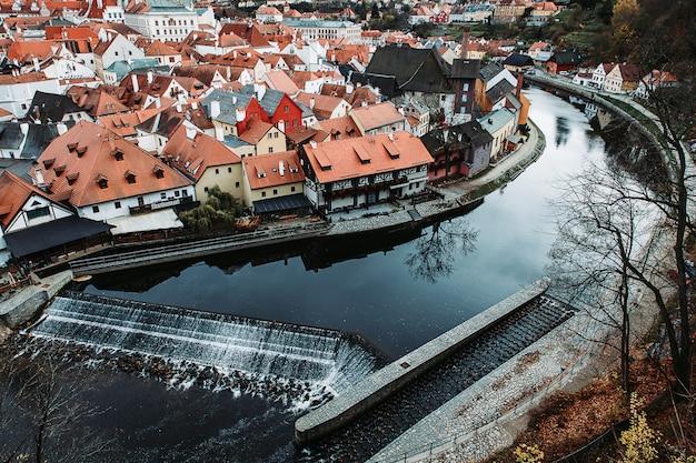 Чески крумлов знаменитый вид на крышу с изгибом реки влтавы, чешская республика