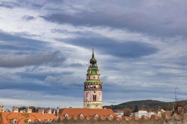 Вид на башню замка чески крумлов и облачное небо, известное туристическое направление в чешской республике