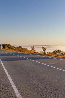 秋の美しい自然と渓谷の道は霧で覆われています