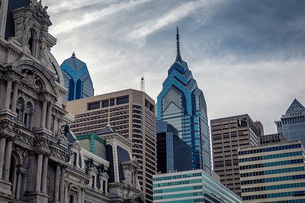 フィラデルフィアの近代的な高層ビルと市庁舎の歴史的建造物の平面図