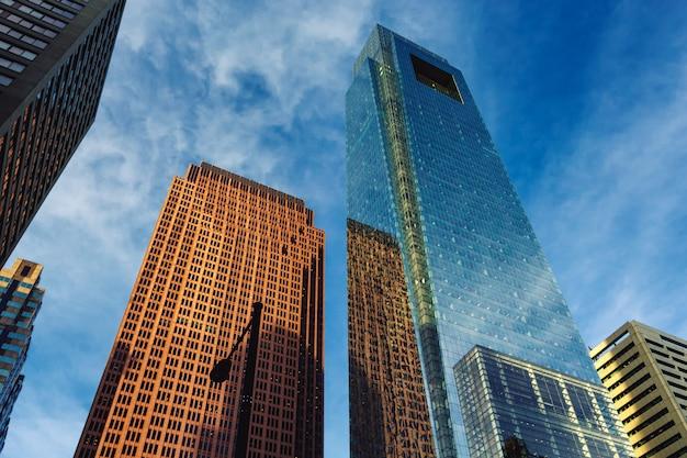 ガラスの反射でフィラデルフィアのダウンタウンの高層ビルビュー