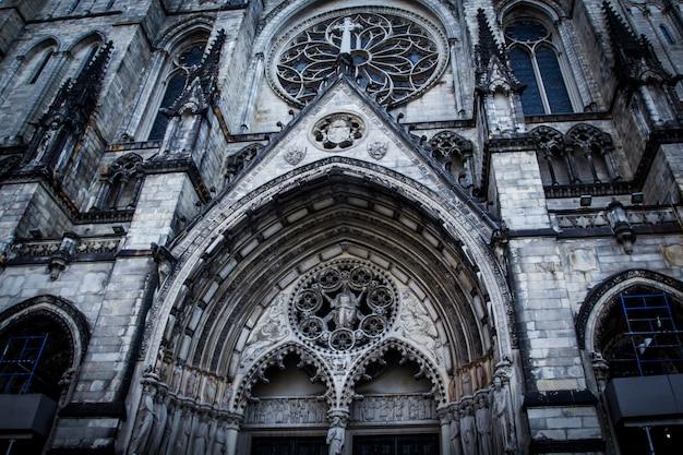 ニューヨークの聖ヨハネ大聖堂のゴシック様式のファサード。