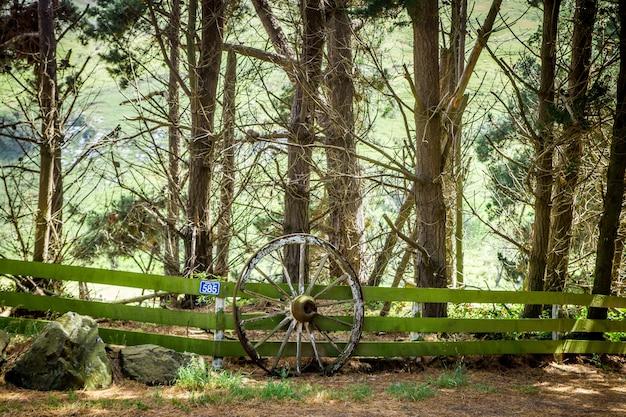 Старое колесо у забора в отаго, новая зеландия