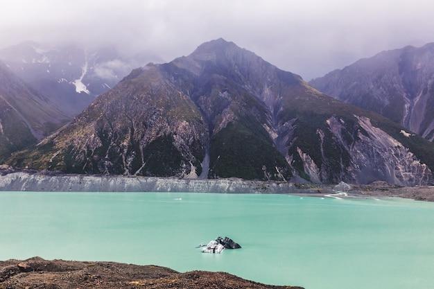 ニュージーランド南島のマウントクック国立公園の美しいターコイズタスマン氷河湖とロッキー山脈