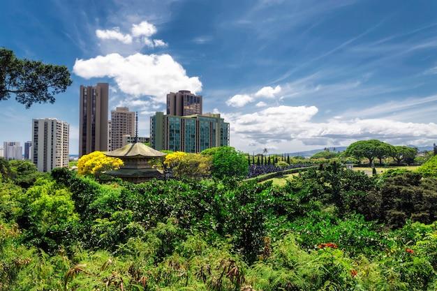 晴れた日、ハワイのホノルル記念公園とオフィスビルの中国の塔のビュー