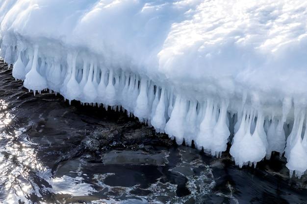 冬のロシアの海の上の美しいつらら