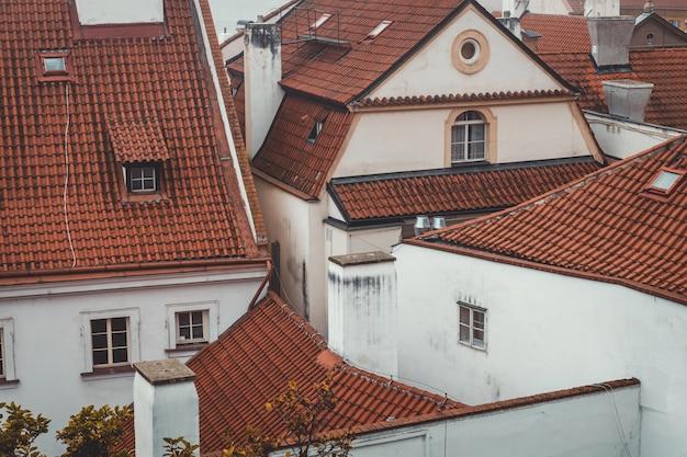 プラハ歴史的中心部の赤い屋根の伝統的な白い家