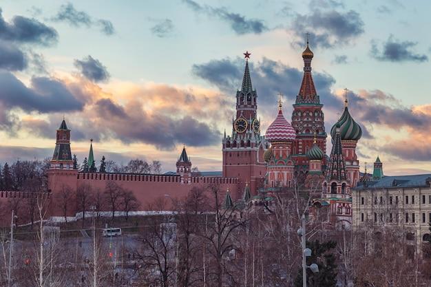 モスクワクレムリンと聖バジル大聖堂の夕景と美しい曇り空