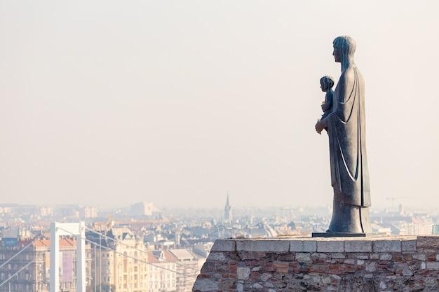 Статуя девы марии и вид на город будапешт, венгрия
