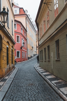 Узкая улица в старом городе праги, чешская республика