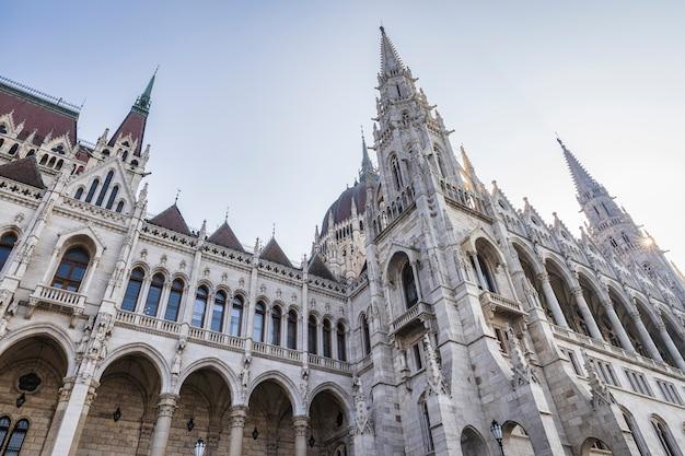 ハンガリー国会議事堂のゴシック様式のファサード、ブダペストのドナウ川沿いの素晴らしい建物