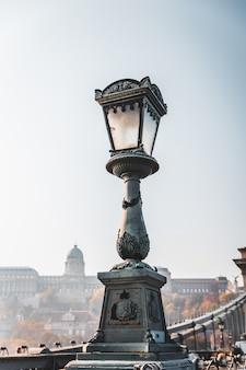 ブダペストのドナウ川に架かる有名な鎖橋の古い街路灯