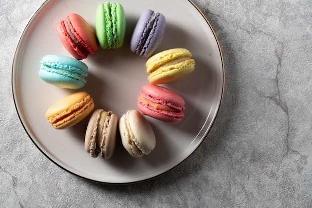 Разное цветное миндальное печенье на тарелке