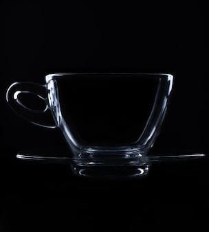 黒い背景に皿の上のティーカップ