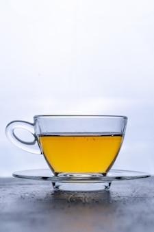 プレート上の熱い緑茶のカップ