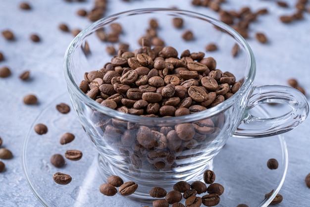 カップのローストコーヒー豆