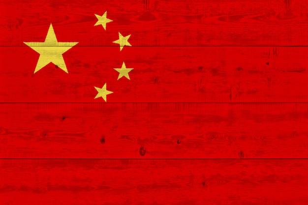 古い木の板に描かれた中国の旗