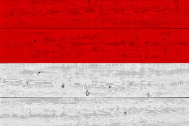 Флаг индонезии нарисовал на старой деревянной доске