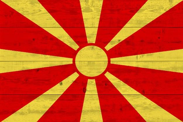 古い木の板に描かれたマケドニアの旗