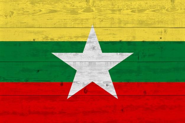 Флаг мьянмы нарисован на старой деревянной доске