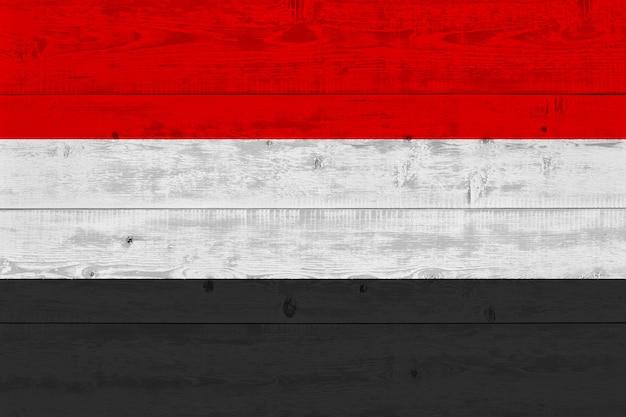 古い木の板に描かれたイエメンの国旗